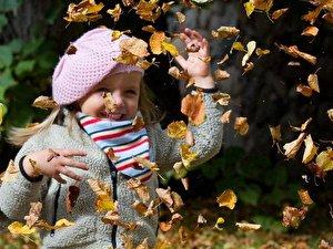 Spielen im Herbstlaub