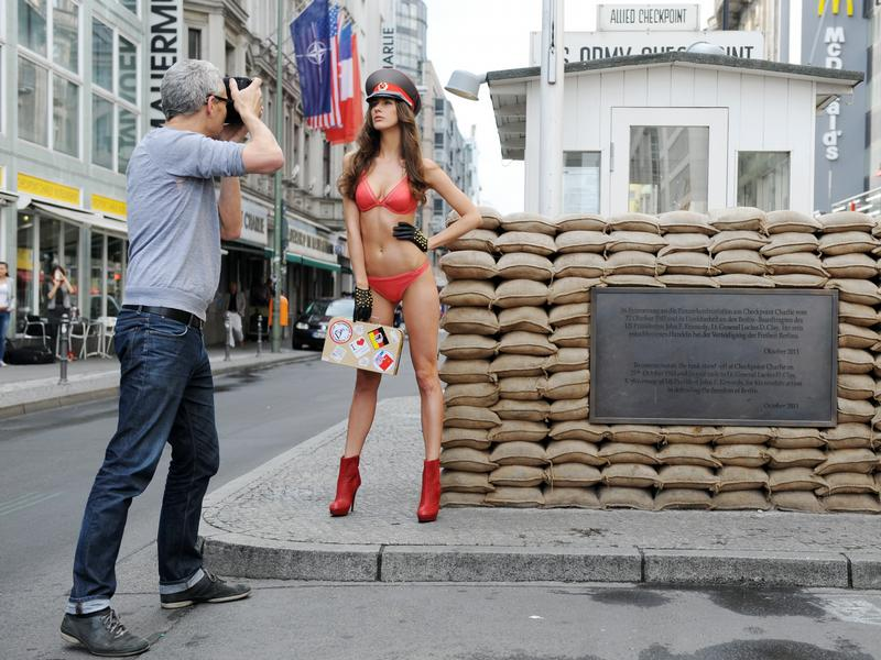 dessous model am checkpoint charlie. Black Bedroom Furniture Sets. Home Design Ideas