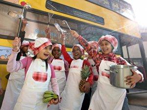 Kinder in Kochkleidung