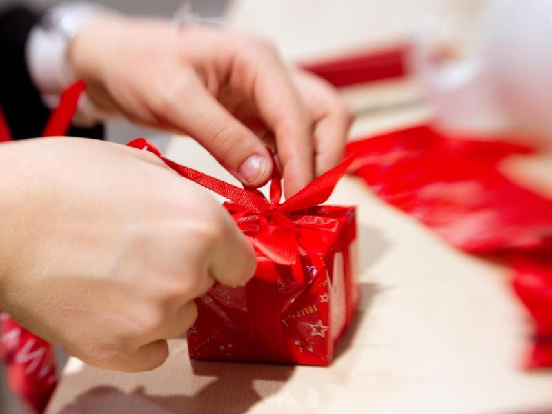 Weihnachtsgeschenke im Job: Sollte man Kollegen etwas schenken ...