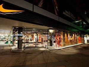 finest selection 9a466 64ca5 Nike Berlin Carl Lewis eröffnet Flagship-Store im Europa-Center