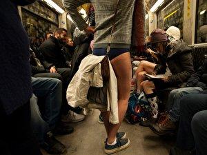 Bahn nackt u berlin Kunstaktion auf