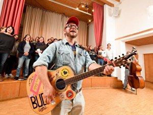 Dominik Schauer und der Bud-Spenzer-Heart-Chor bei einer Probe