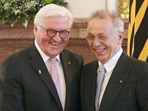 Dieter Kosslick (r) bekommt das Bundesverdienstkreuz