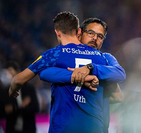 Schalkes Trainer David Wagner (r.) umarmt Mark Uth.