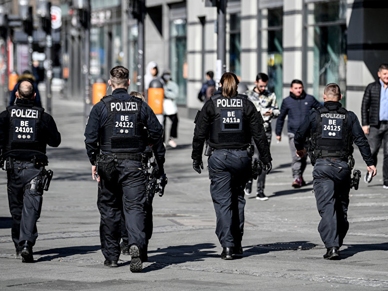 Polizei schließt weitere Geschäfte bei Corona-Kontrollen