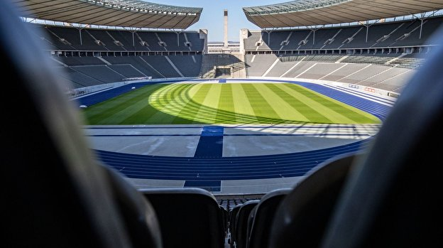 Blick in das leere Oval des Olympiastadions