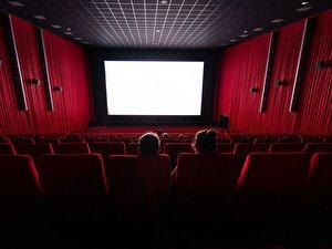 Wenige Besucher sitzen in einem Saal im Kino