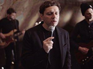 Musiker Christian Friedel spielt mit seiner Band