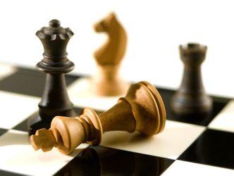Schachbrett mit umgefallener Spielfigur