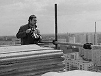 Bildvergrößerung: Der Fotograf Manfred Uhlenhut mit Kamera auf einer Baustelle