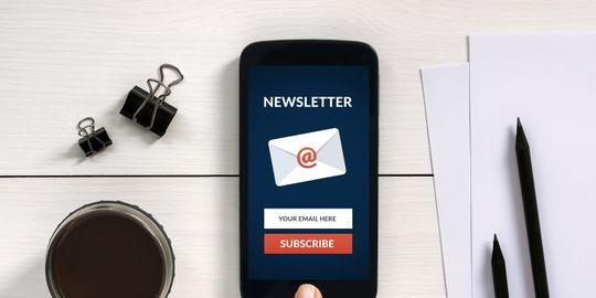 Abonnieren Sie Newsletter Konzept auf Smartphone-Bildschirm mit Office-Objekte
