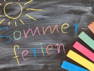 Bildvergrößerung: Tafel mit bunter Kreide - Sommerferien