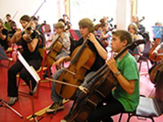 Bildvergrößerung: Cellisten im Orchesterworkshop