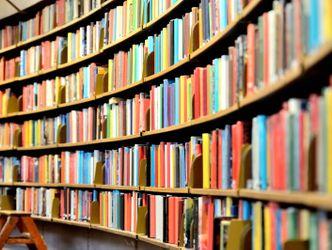 Rundes Bücherregal in öffentlicher Bibliothek