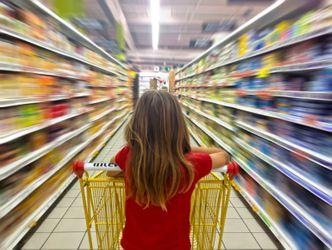 Bildvergrößerung: Junges Mädchen schiebt einen Einkaufswagen durch einen Supermarkt