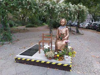 """""""Friedensstatue"""" zeigt eine sitzende FRau. Neben ihr steht ein weiterer Stuhl, der leer ist"""