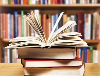 Aufgeschlagenes_Buch_in_der_Bibliothek
