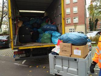 LKW wird vollgeladen mit Spenden des LAGeSo.