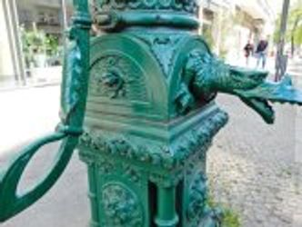 Bildvergrößerung: Denkmalgeschützte Wasserpumpe in Berlin-Mitte