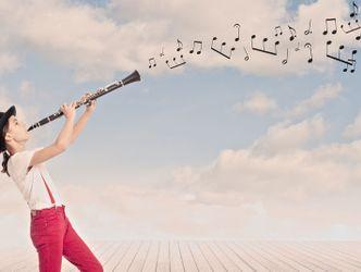 Mädchen spielt Klarinette