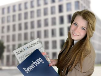 Eine junge Frau hält Bewerbungsunterlagen in der Hand