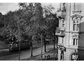 Bildvergrößerung: Blick auf den Wörther Platz, heute Kollwitzplatz. Die Balkone gehörten zu den beiden Wohnungen der Familie Kollwitz