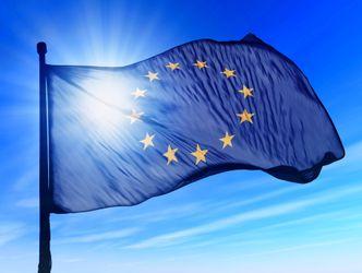 Europaflagge von der Sonne durchleuchtet