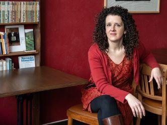 Franziska Hauser sitzt am Schreibtisch