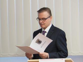 Herr Allert bei der Ernennung der ehrenamtlichen Pharmazieräte mit einer Urkunde in der Hand