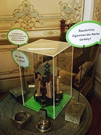 Bildvergrößerung: In der Ausstellung: Die Heyns es stehen Fragen im Raum