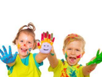 Bildvergrößerung: zwei Kinder mit bunten bemalten Händen