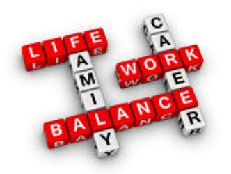 zusammengesetzte Buchstabenwürfel ergeben die Worte LIFE, FAMILY, CAREER, WORK und BALANCE