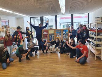 Eine Gruppe Jugendlicher in der Bibliothek