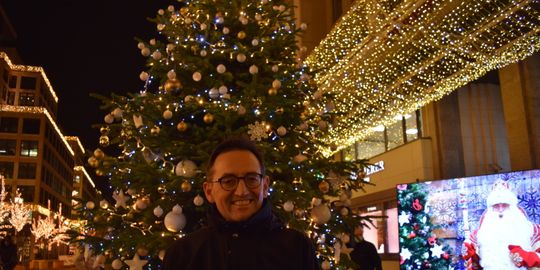 Stephan von Dassel lächelnd auf der weihnachtlichen Friedrichstraße