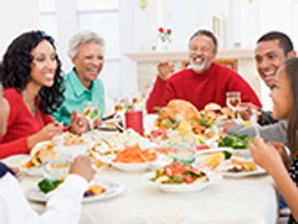 Bildvergrößerung: Menschen unterschiedlichen Alters beim festlichen Essen