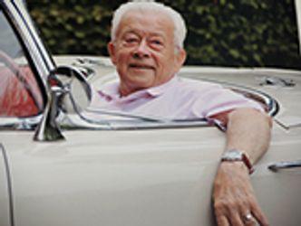Bildvergrößerung: Ein Senior sitzt im Auto und lächelt
