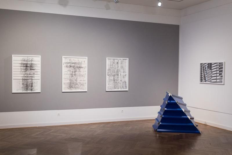 Bildvergrößerung: Blick In Den Galerieraum. Auf Einer Grauen Wand Hängen  Drei Monotypeien Mit Abstrakt